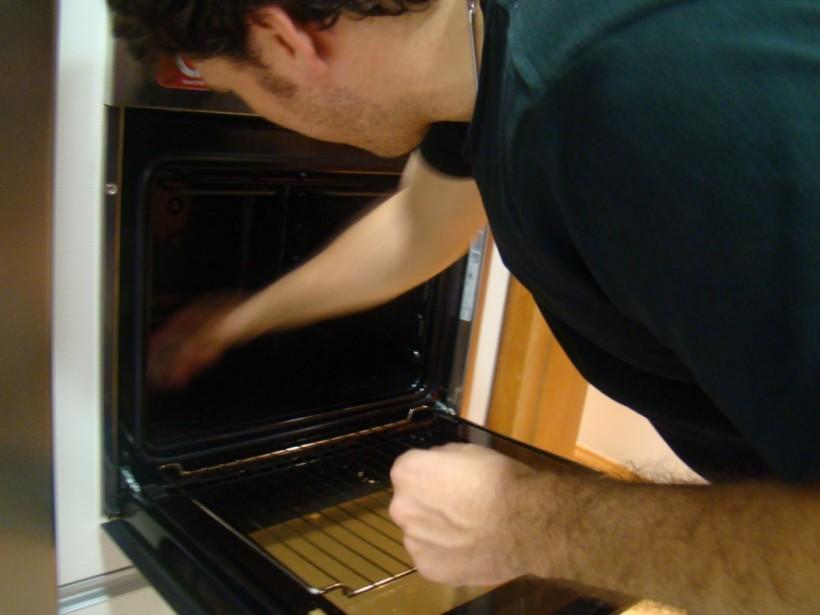 ricardo limpando o forno