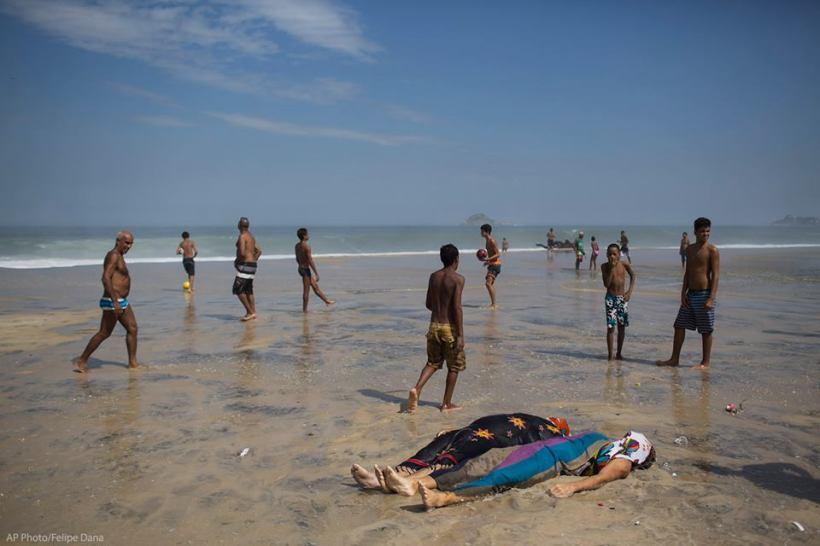 mortos na praia depois da queda da ciclovia
